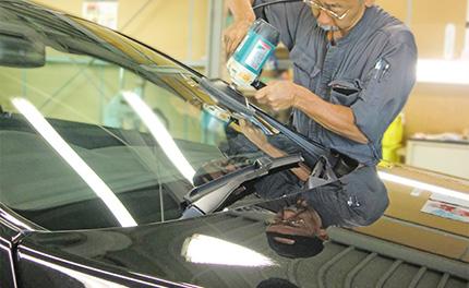 フロントガラスの油膜取り・撥水加工中の写真