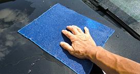 車に付着している鉄粉などをふき取る